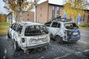 Morgonen efter den misstänkt anlagda bilbranden på Krutvaktargränd står de utbrunna fordonen kvar på parkeringsplatsen.