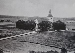 Utsikt mot Sorunda kyrka runt sekelskiftet 1800-1900-talen. Foto: Nynäshamns bildarkiv