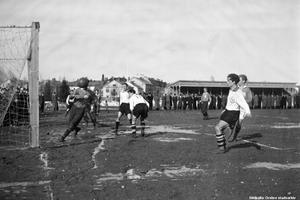 Grusplanen intill arenan 1946. Den första läktaren (byggd 1923) syns i bakgrunden. Specialfoto: Åke Ahlstrand, Börje Gustavsson, Jan Holmlund och Rolf Carlsson. (Bildkälla: Örebro stadsarkiv)