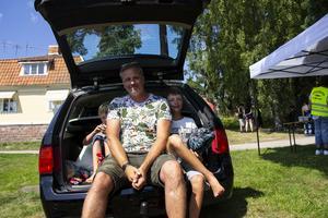 Ingemar Hällqvist och sönerna Oliver och Elvin fikade i bakluckan på sin Saab.