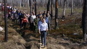 Kronprinsessan Victoria på sin så kallade landskapsvandring i Hälleskogsbrännan i våras.