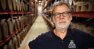 340 000 liter sextioprocentig whisky per år fyller numer Thomas Larssons personal på fat.