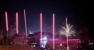 Fyrverkerier exploderar runt Olympic Stadium. Bild: TT.