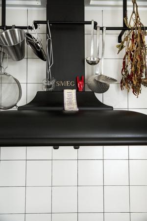Kryddor från marknader på utlandssemestrar är Calles favoritsouvenirer. Kul att laga mat med reseminnen och fina på redskapsstången i köket.