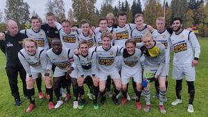 Friska Viljors U19 efter sista matchen i division 4. Laget vann serien. Nu ska FV kvala till P19 allsvenskan.            Bild: Friska Viljor FC