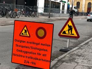 Denna felaktiga skylt sattes tidigare upp vid ombyggnationen. Slutdatum för arbetet är första juni. Foto: Pierre Bokvist