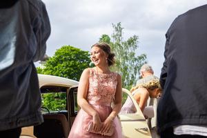 Mikaela Jonsson mötte åskådarna med ett leende när hon steg ut ur bilen utanför Scandic.