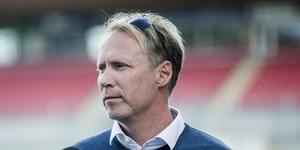 Uppgifter säger att sportchefen Magnus Sköldmark fått sparken från ÖSK. Det dementerar såväl ordföranden Carl Pauly som Sköldmark själv.