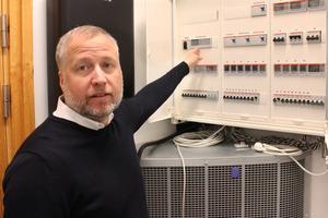 Fredrik Wallin i MDH:s labb där man bland annat har full koll på elen till varje hushållsmaskin.