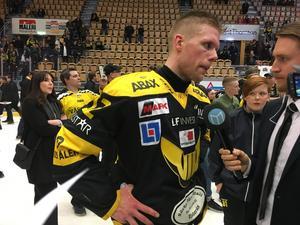 En segerrusig Fredrik Johansson intervjuades på isen av VLT:s Kevin Johansson.