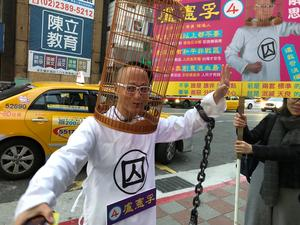 Valkampanj i Taipei. På gatan gäller det att väcka uppmärksamhet.