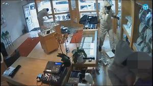 Rånet mot Joel jewelry på Nygatan den 6 oktober 2017 fångas av övervakningskamera.
