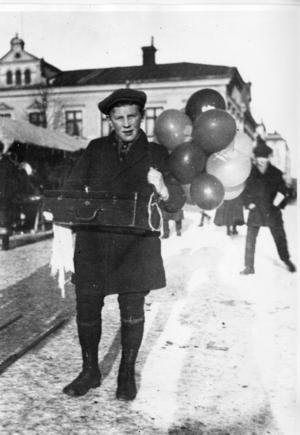 Ballongförsäljare 1906 eller 1907. (Bild: Örebro stadsarkiv)