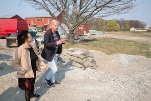 Stefan Werner förklarar för mäklaren Maria Hellström hur det nya flerfamiljshuset kommer att se ut och bli placerat. I bakgrunden en ek, som förhoppningsvis kan bevaras.