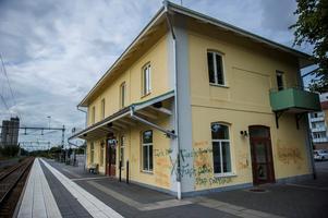 Stationshuset i Hedemora är ingen vacker syn. Fastigheten är helt nerklottrad. Foto: Niklas Hagman.
