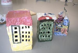 Joakim Tano har skulpterat små hus i lera och porslin som kan placeras på varandra till högre torn.