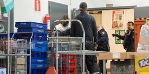 Polisen var snabbt på plats efter tumultet på Hemköp i Köping på torsdagen.