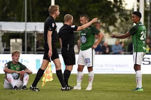 Jesper Svensson, som sitter på planen, drog på sig ett direkt rött kort mot IFK Värnamo.
