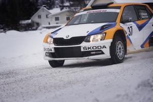 Anton Eriksson på SM-veckans vinterföre. Nu är det grus i stället för is som gäller i rally-Sverige.