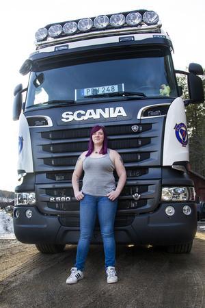 Linnea Lahenkorva tog lastbilskörkort för drygt fem år sedan och älskar allt med en motor.