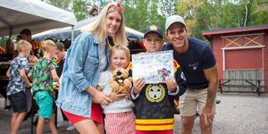 Sara Jansson och Elvira, Melvin och Daniel Bystedt är nöjda efter att ha fått autografer från alla hockeyspelare.
