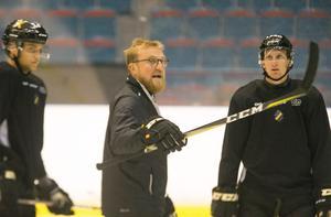 Jeff Jakobs ledde torsdagens träning tillsammans med Peter Nylander. De två assisterande tränarna kan behöva ha huvudansvaret även i fredagens match.
