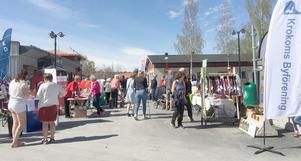 Många besökare kom till vårmarknaden i Krokom. Foto: Göte Norlander