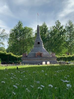 Foto från innan vitfärgningen av pagoden, i försommargrönskan. Foto: Privat