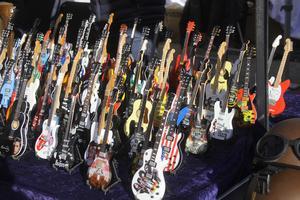 Små trägitarrer i olika motiv.