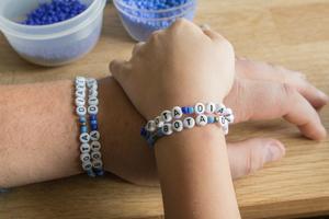 Armbanden har en ny design i år och intresset har varit stort.