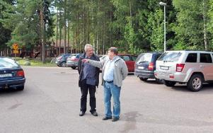Skräddarbacksskolans skolstyrelse ordförande, Per Morelius, förklarar skolstyrelsens idéer för Ronny Beyer, ledamot i kommunens Trafikutskott, vid träffen under fredagen.FOTO: MARIA SVENSSON