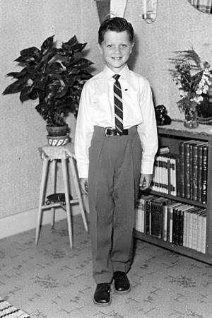 """VÄLKAMMAD SKOLPOJKE. """"Kortet togs inför första skolavslutningen. Morsan hade köpt nya kläder, men jag var inte riktigt nöjd. Jag hade nog velat ha något smalare skor."""" Foto: Privat"""