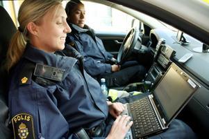 Närpoliserna Maria Ringvall och Jeanette Viström har nu PUST med sig i polisbilen.