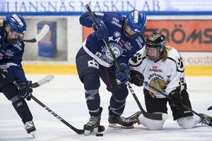 Leksands Madelene Hall och Göteborgs Matilda Carlsson i kamp om pucken.