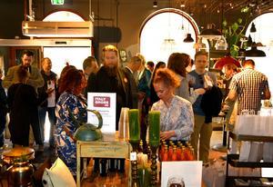 Folkligt och festligt på premiären av Eat up. Här minglas det i butiken Crib på Storgatan.