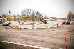 I somras påbörjades arbetet med att bygga en cirkulationsplats på det så kallade Skvallertorget, i korsningen Kyrkogatan/Bergslagsgatan i Avesta. Den 4 maj invigs cirkulationsplatsen. Bilden togs i november i fjol.