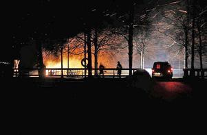 Den 5 december 2015 fattade bryggans vindskydd eld - eller så var det en anlagd brand. Utöver att vindskyddet brann upp skadades bryggan rejält. Foto: Privat/Masse Ekblom.
