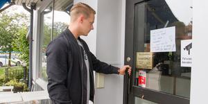 """Sebastian Norman, konditor och hans syster och delägaren Malin Norman har stängt dörren till Nya Ritz kafé. De kan inte se att det blir någon fortsättning. """"Vi har haft dubbla jobb och orkar inte mer"""", säger Sebastian."""
