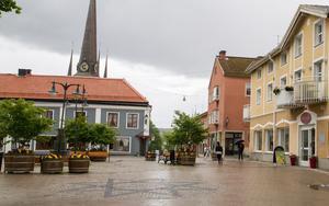"""Öppna för trafik på Nygatan har bland annat Helen Pilerud lyft till kommunen att undersöka. """"Ungefär hälften av mina kunder kommer från andra orter och de kommer med bil"""", säger Helen Pilerud."""