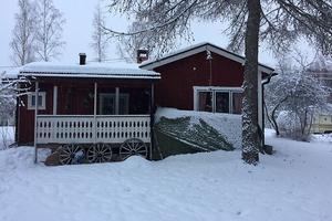 Exekutiv auktion. Fritidshus i Nusnäs, cirka en mil sydost om Moras centrala delar. Omgivningen består huvudsakligen av fritids- och småhusbebyggelse. Foto: Kronofogden.