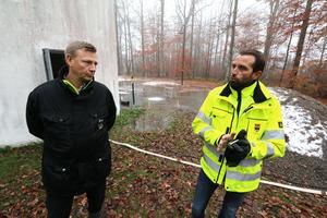 Mats Turesson, teknisk chef i Lekebergs kommun, och Fredrik Kilstam, driftchef för vattenverket i Örebro förklarar hur det går till att sanera vattenreservoaren i Fjugesta.