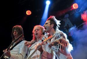 Tio år efter att The Ark bestämde sig för att lägga ner återuppstår bandet igen för en sommar.