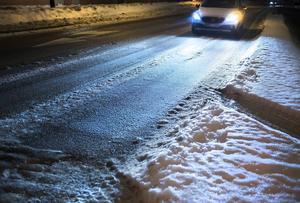 Oplogat i Sundsvall och Östersund och krisstämning när det snöar! Vems är felet?  skriver debattförfattaren. Bilen på bilden har inget samband med texten.
