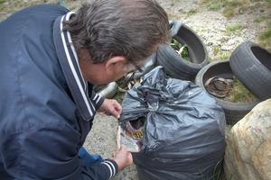 Blandade sopor. Bildäck och hushållssopor blandat med byggavfall.