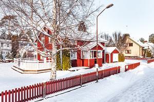 På bästa läge i Paradiset ligger denna fina rymliga villa med garage. Foto: Era
