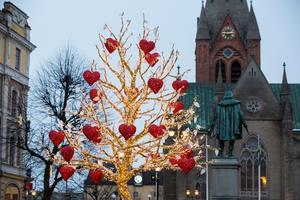 Kärlekens träd på Stortorget i Örebro bär ett budskap om hur vi kan förhållas oss till varandra.