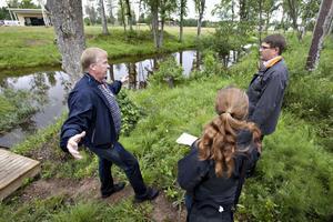 Anders Högberg, längst till vänster, guidade miljödomstolens ledamöter runt vid Falludden och förklarade varför han agerat som han gjort när han grävde på platsen. Länsstyrelsen kräver att området ska återställas, men Anders Högberg har överklagat beslutet.