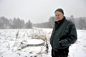 Lantbrukare Olle Nilsson i Laggarberg har personligen dåliga erfarenheter av när avloppssystemen inter räcker till. Här står han vid den punkt som var den bräddningspunkt som gjorde att hans åkrar för många år sedan täcktes med orenat avloppsvatten.