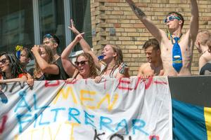 Jubel och musik dånade i centrum på torsdagen när studenterna åkte på sin segerrunda.