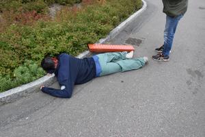 En figurant spelade en skadad person på marken under helikopterplattan. Enligt scenariot hade han skadats när förbindelsetunneln mellan sjukhuset och helikopterplattan skadades.